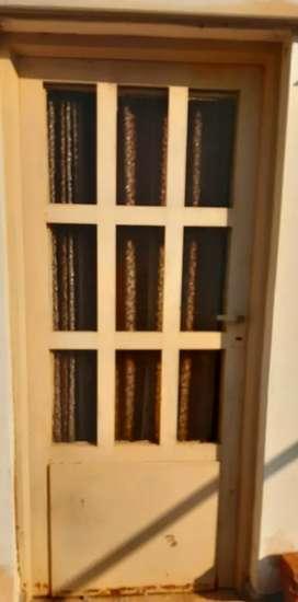 Dos puertas de chapa con vidrio $4.200 cada una