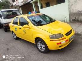 Taxi amarillo en buenas condiciones
