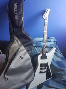 Guitarra explorer stagg suena muy bien