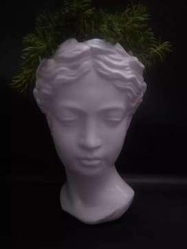 Maceta de diosa con planta