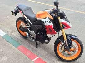 Honda CB190R modelo 2017 color naranja, blanco, rojo.