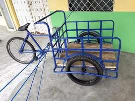 Triciclo con llantas de carga