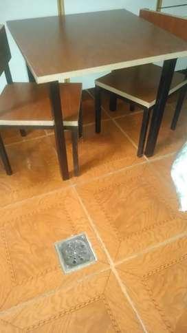 Mesita con sillas