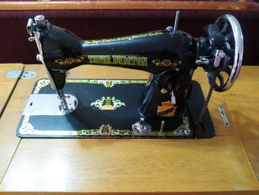 Máquina de Coser Antigua marca Dumton con Mueble de Hierro y Madera 0