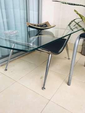 Mesa ratona de vidrio, hierro cromado y revistero