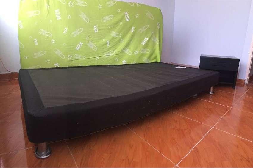 Vendo cama somier marca Jamar y con mesita de noche. 0