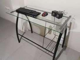 Vendo mesa de computadora de vidrio con teclado y parlantes incluidos.