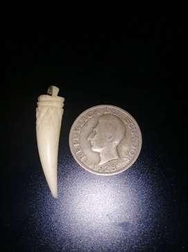 Dije de marfil y moneda de plata