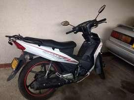 Vendo moto akt blanca, única dueña