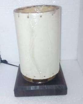 Velador artesanal con base madera y pantalla cilindrica
