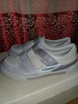 Se vende zapatillas de nene