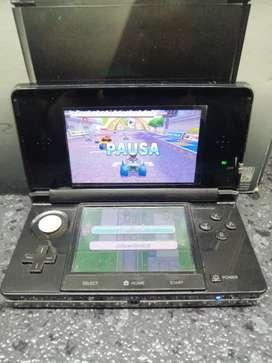 Nintendo 3DS con su cargador en caja
