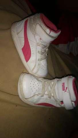 Se venden zapatillas de nena