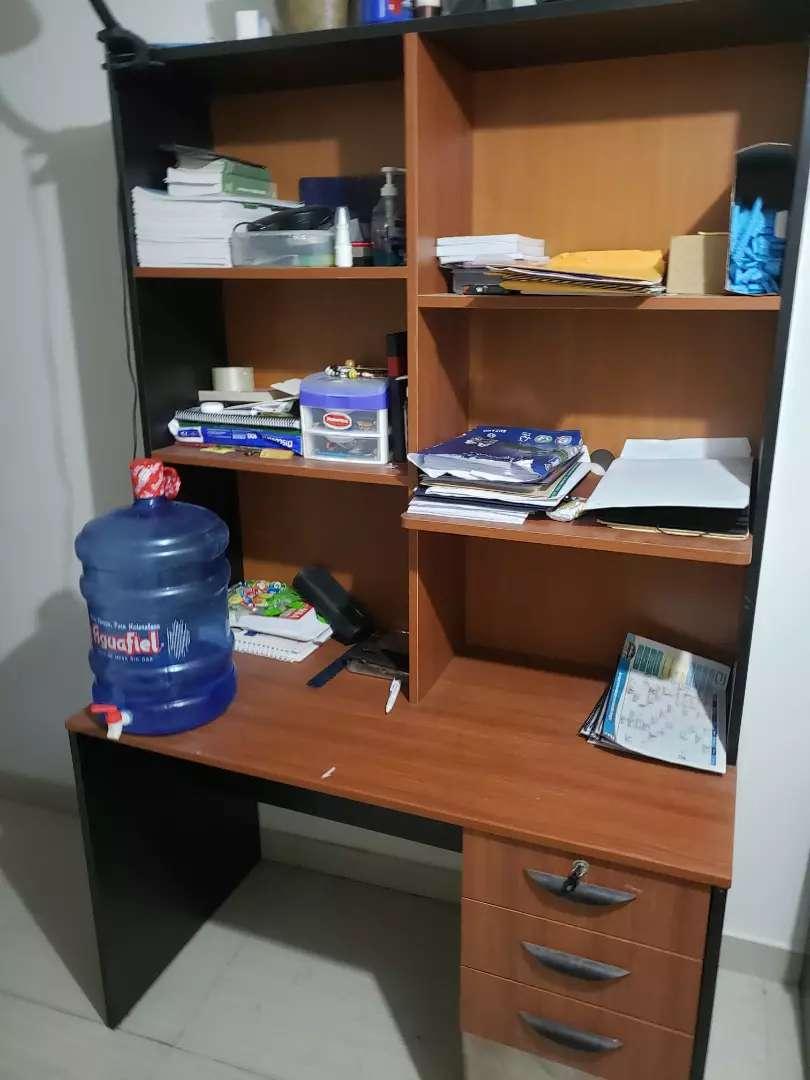 Vendo librero-escritorio de 3 niveles 0