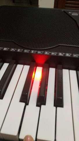 Vendo Piano con lector MP3, entrada de audio para celular y teclas que alumbran!