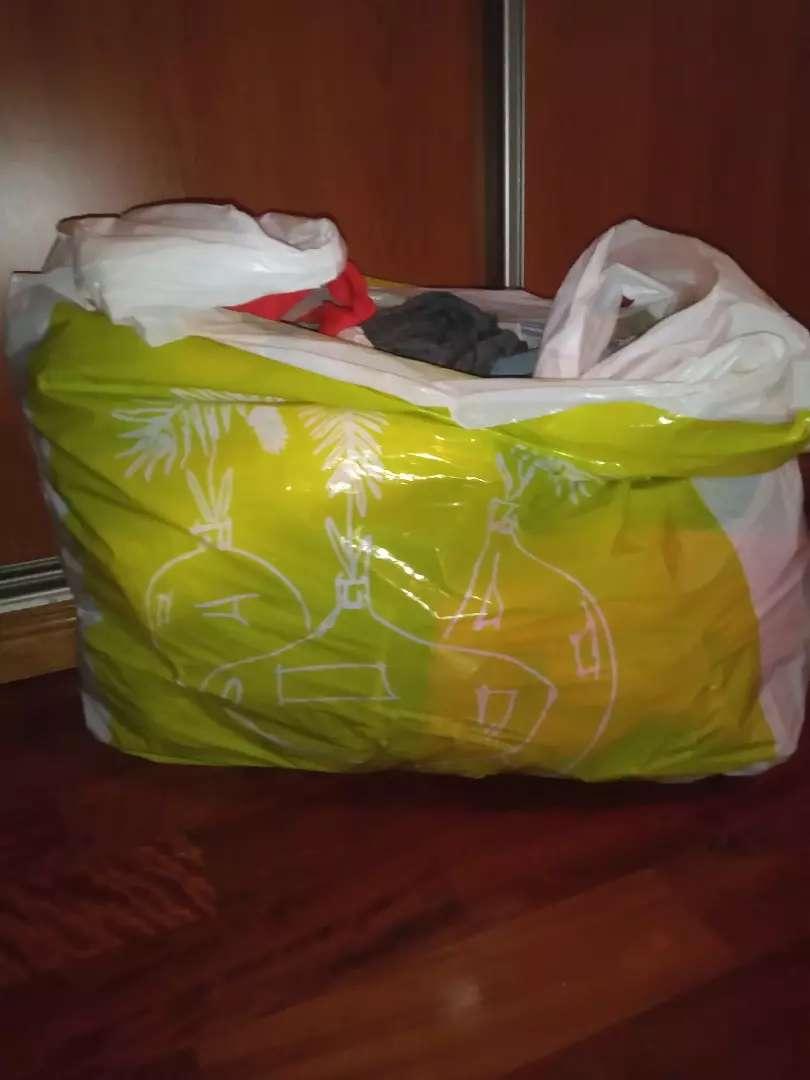Vendo bolsón de ropa excelente estado.algunas sin uso 0