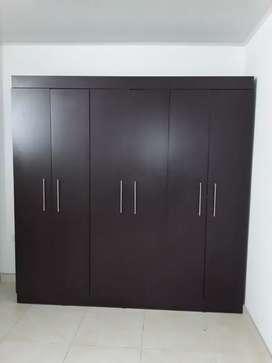 Ropero de 3 puertas color oscuro