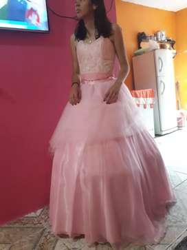 Se vende vestido de  15 en buen estado una sola vez se uso con tres piezas con falda corta con el enagua