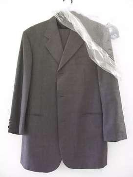 Vendo un flus para hombre talla L color gris oscuro