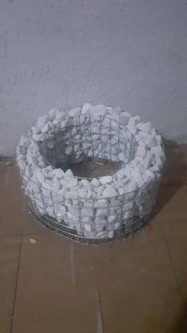 Macetero con piedras blancas