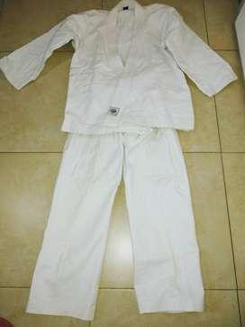 KIMONO. Karategui para la practica de artes marciales.