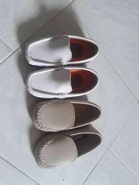 se vende dos pares de zapatos para bebe