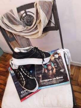 Zapatillas negras con base blanca, punta simil vibora