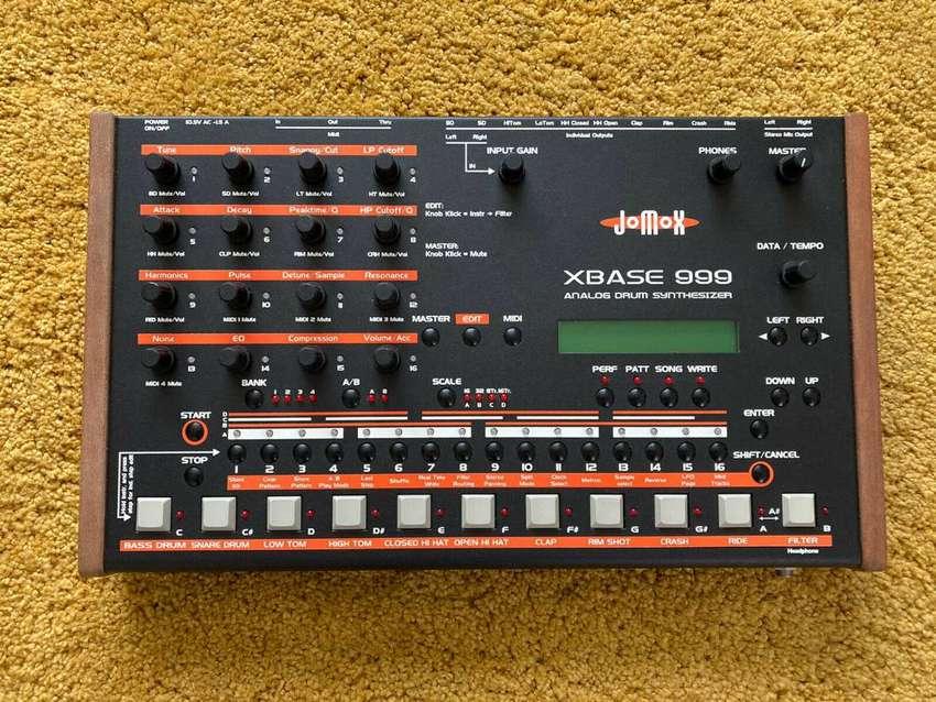 Caja de Ritmos Jomox Xbase 999, Roland tr 909