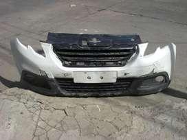 repuesto peugeot, paragolpe delantero original con rejilla superior incluida usado, minimo detalle peugeot 2008