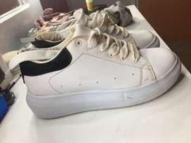 Zapatos altos blancos y a la moda