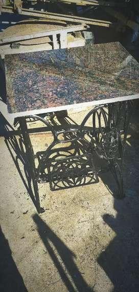 Mesa de pie de máquina antiguo