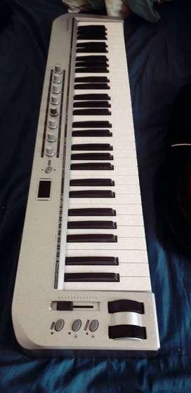 teclado controlador midi, guitarra eléctrica y pedalera digitech