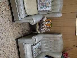 Vendo juego de sillones antiguo.Uno de tres cuerpos y dos individuales.Tapizados en cuero.