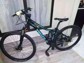 Bicicleta de ciclomontañismo como nueva