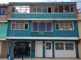 Casa amplia con 3 aptos independientes, 2 locales. 9.5 mts frentex21 de fondo. Amoplia hermosa