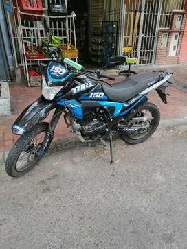 Vendo moto Víctor y color negro azul único dueño