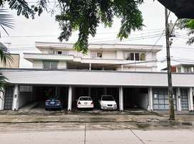 Local comercial + oficinas en Urdesa Central.