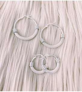Argollas con cadena de acero blanco