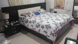 Vendo hermosa cama con. Sus  nocheros