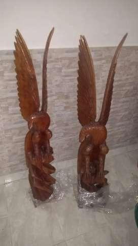 Par de águilas en madera