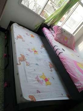 Se vende cama con un colchón