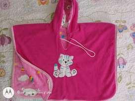 Se venden cobija y saco tipo ruana térmicos para bebé.
