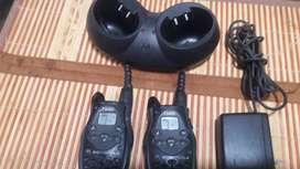 2 radios de comunicación motorola T5420 con base y cargador
