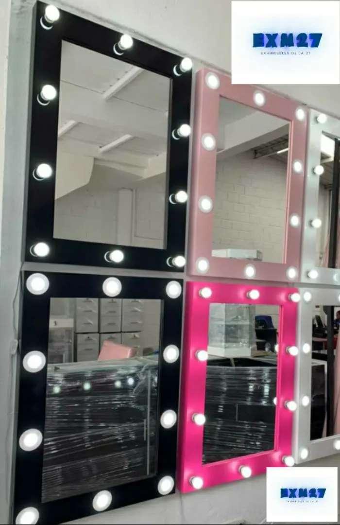 Espejo Hollywood con luces led madera en pintura catalizada diseño de lujo.