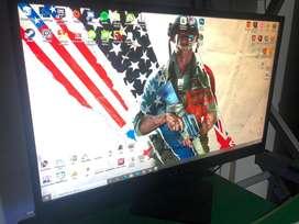 Computadora de escritorio con minitor incluido y escritorio