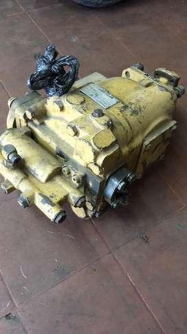 Bomba de inyección y bomba principal de los hidráulicos de una moto niveladora cartepillar  20G  en perfecto estado