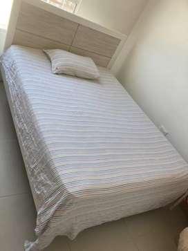 Hermosa cama y colchón y nochero