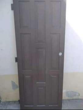 Puerta de madera guayacan. Medidas 0.80 x 2 mts. En perfecto estado. 100 dólares negociables.