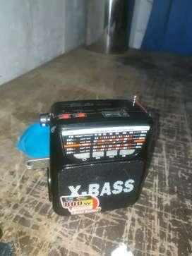 Radio recargable con linterna , memoria usb de 4gigas le falta el cable