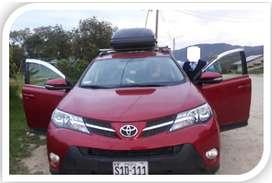 Datos: Camioneta RAV4, Doble Tracción 4x4, Placa: Color Rojo Metálico, Marca Toyota, Año 2015. Gasolinera.